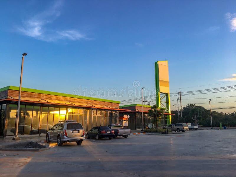 Auto's die in benzinestation bij interlokale weg op blauwe hemelachtergrond worden geparkeerd royalty-vrije stock fotografie
