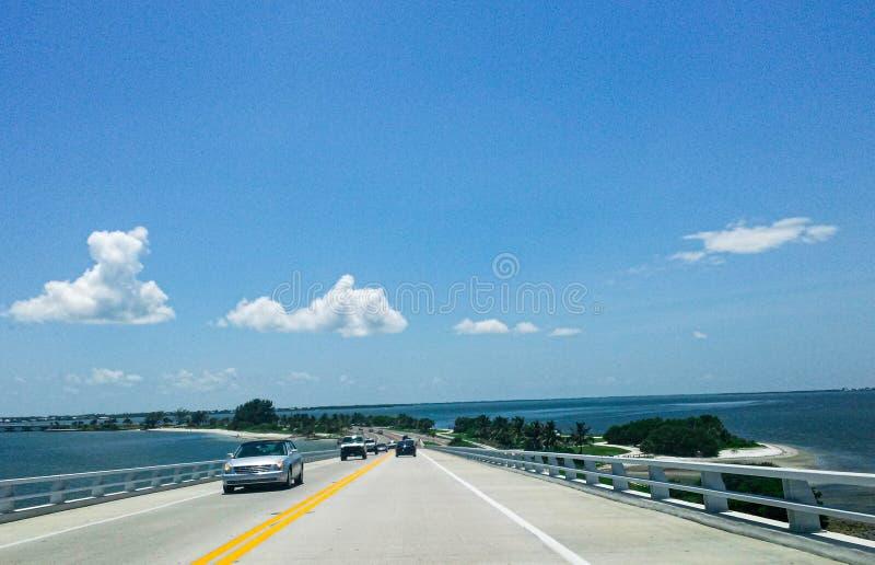 Auto's die de Causeway van het eiland Sanibel oversteken in Florida royalty-vrije stock foto's