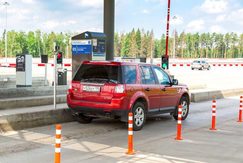 Auto's die door het automatische punt van betaling op een tol overgaan ro stock afbeelding