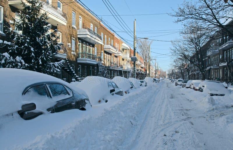 Auto's die door sneeuw op de straat worden behandeld stock fotografie