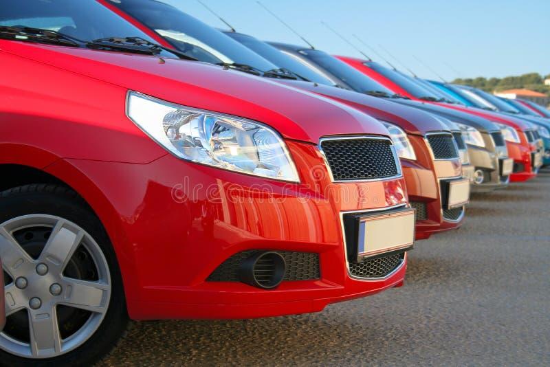 Auto's die in een rij worden geparkeerd royalty-vrije stock afbeeldingen