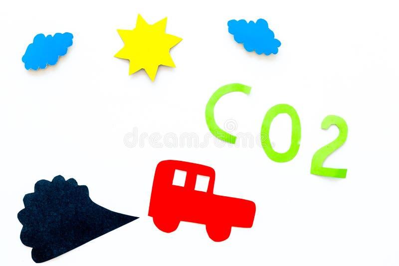 Auto's die kooldioxide uitzenden Verontreiniging conept berokken het milieu Auto en rookknipsel op witte hoogste mening als achte royalty-vrije stock foto's