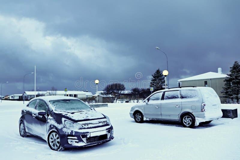 Auto's die met sneeuw worden behandeld stock foto