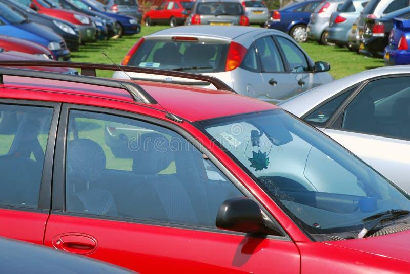 Auto's die op gras parkeren stock foto