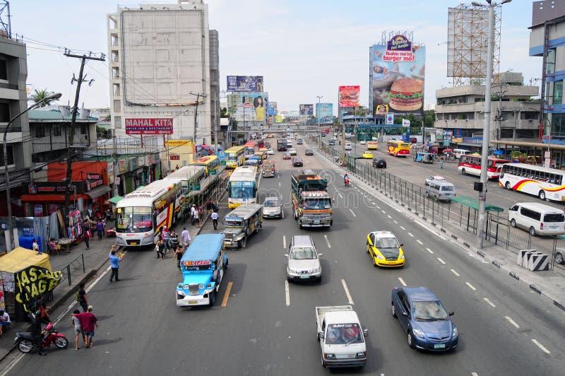 Auto's die op straat bij EDSA in Manilla, Filippijnen lopen stock fotografie