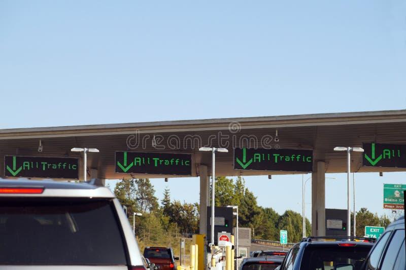 Auto's die wachten aan de grens tussen Canada en de Verenigde Staten Hot-day, hete luchtgolven over hete auto's stock foto