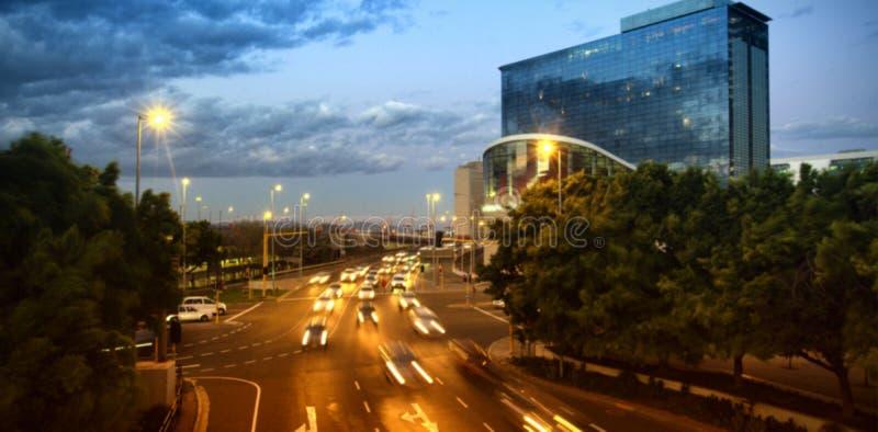 Auto's die zich op weg in stad bij nacht bewegen royalty-vrije stock afbeelding