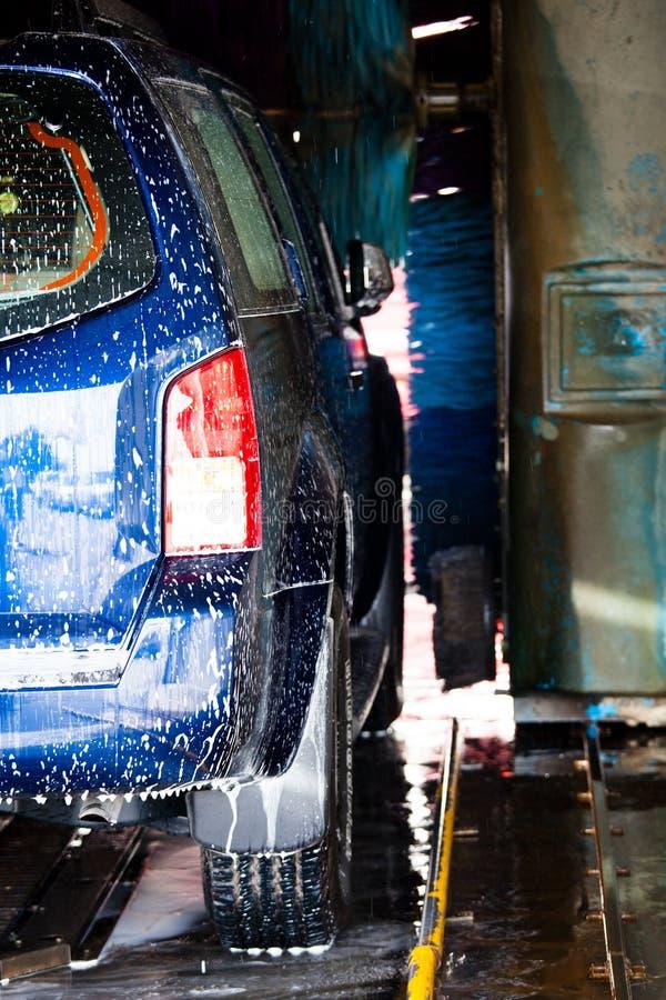 Auto's in een carwash stock foto