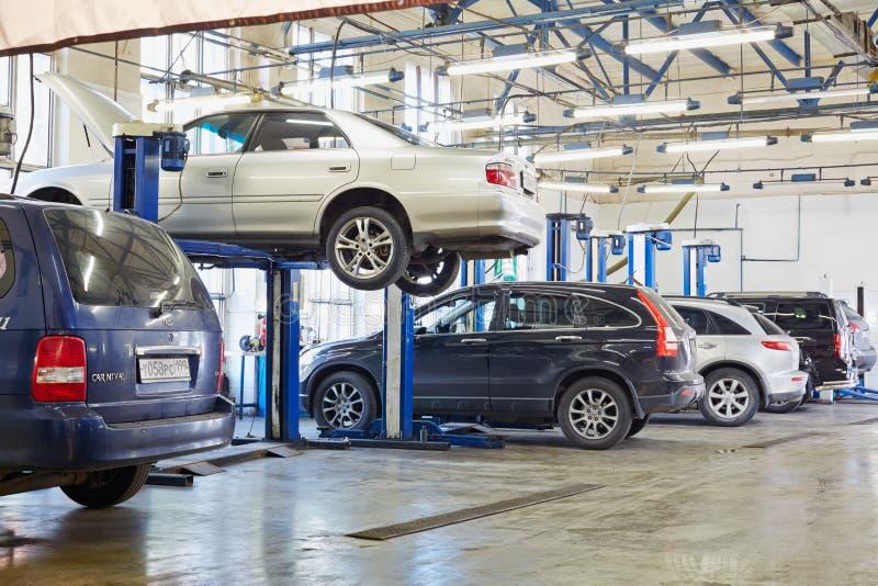 Auto's en heftoestellen in workshop van Benzinestation royalty-vrije stock foto