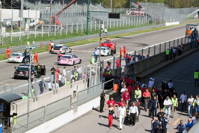 Auto's en technici op het net bij kring Monza royalty-vrije stock fotografie