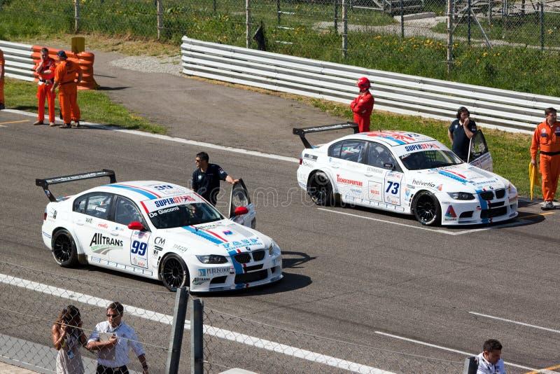Auto's en technici op het net bij kring Monza royalty-vrije stock foto