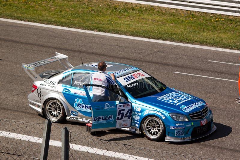 Auto's en technici op het net bij kring Monza royalty-vrije stock afbeeldingen