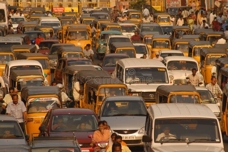 Auto's en tweewielers die in een verkeer wachten stock afbeelding