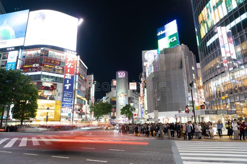 Auto's en Voetganger die op Straatscène die van Verkeer in Shibuya lopen in Tokyo kruisen royalty-vrije stock afbeelding