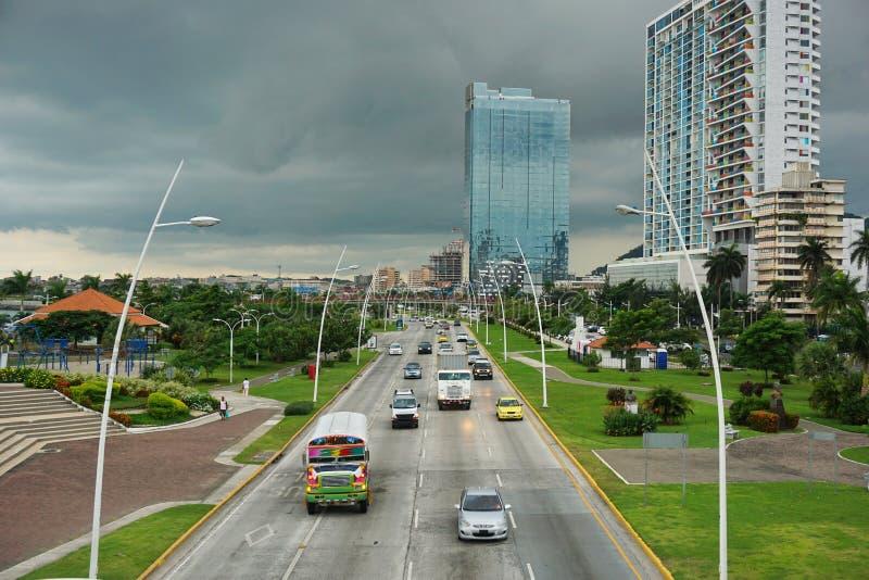 Auto's en vrachtwagens op de weg in de Stad van Panama stock foto's