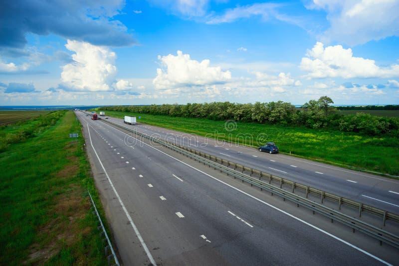 Auto's het drijven op de weg royalty-vrije stock afbeeldingen