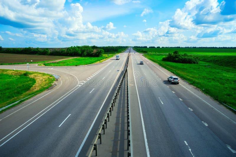 Auto's het drijven op de weg royalty-vrije stock foto's