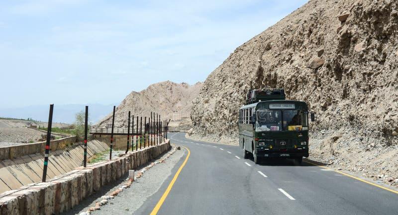 Auto's op bergweg in Leh, India royalty-vrije stock afbeeldingen