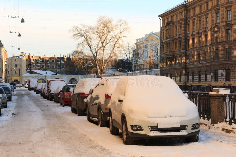 Auto's op de dijk, merkbaar door sneeuw royalty-vrije stock foto's