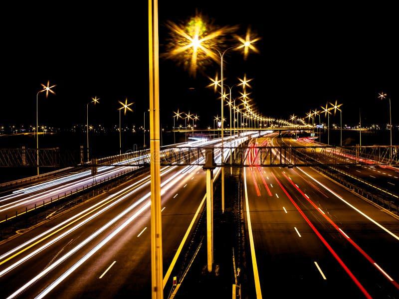 Auto's op de snelweg bij nacht royalty-vrije stock foto