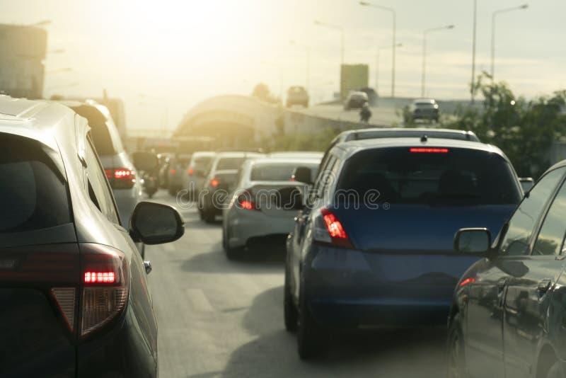 Auto's op de weg bij dag royalty-vrije stock afbeelding