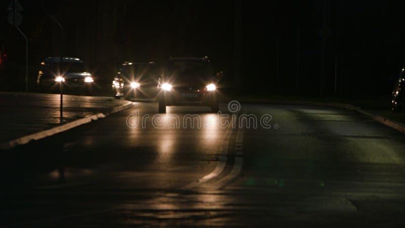 Auto's op de Weg bij Nacht stock afbeelding