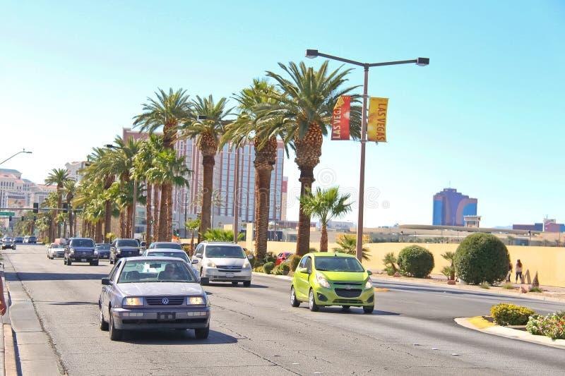 Auto's op de weg in het centrale deel van stad in Las Vegas, Nevad stock afbeelding