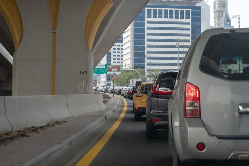 Auto's op de weg in opstopping stock afbeeldingen