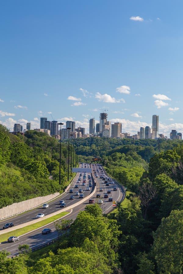 Auto's op Don Valley Parkway in Toronto stock fotografie