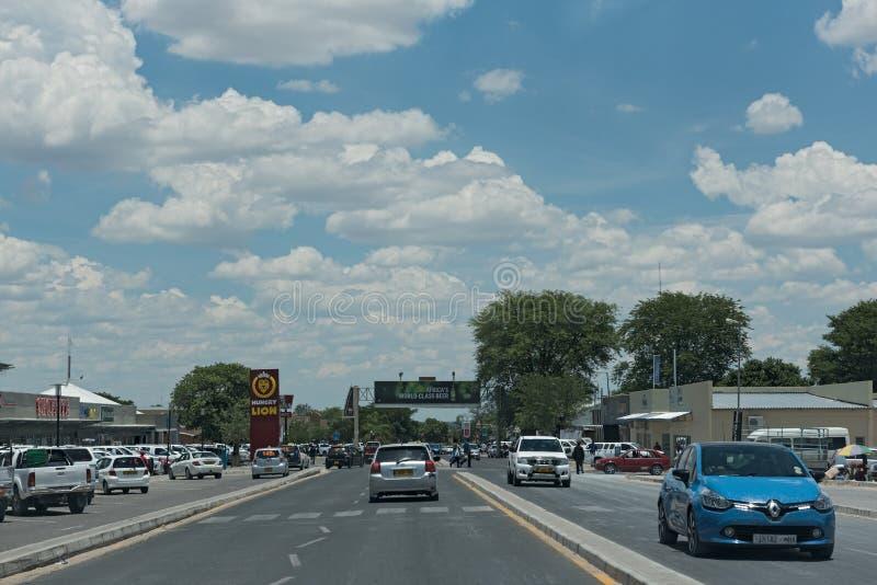 Auto's op een hoofdstraat in de stad Rundu in het noorden van Namibië stock foto