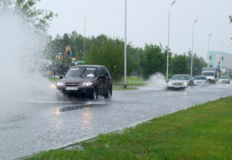 Auto's op een overstroomde straat in de stad royalty-vrije stock foto