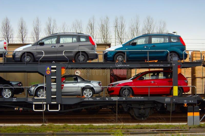 Auto's op een trein stock afbeelding