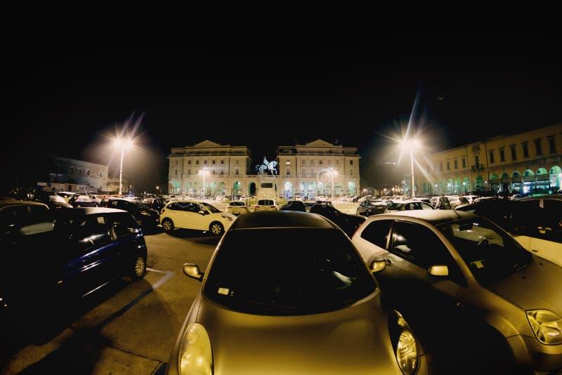 Auto's op het centrale vierkant van de stad van Novara in Italië worden geparkeerd dat toning stock foto