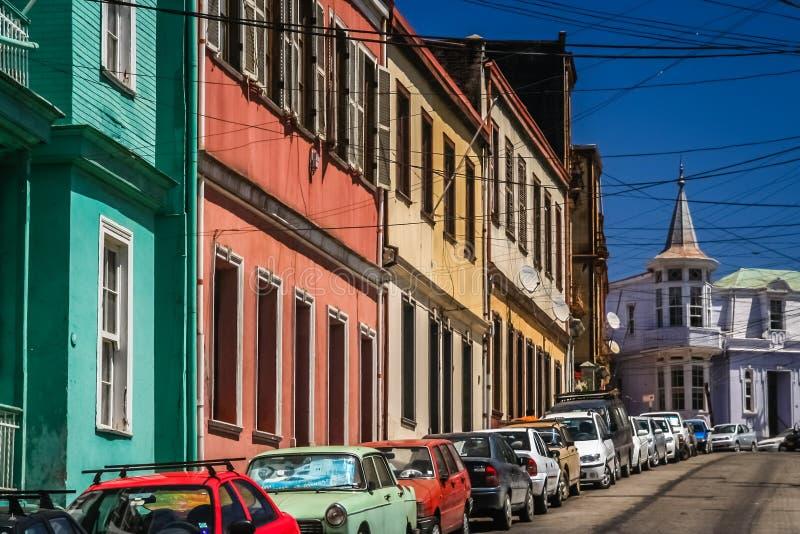 Auto's op kleurrijke Straat in Valparaiso worden geparkeerd die royalty-vrije stock afbeelding