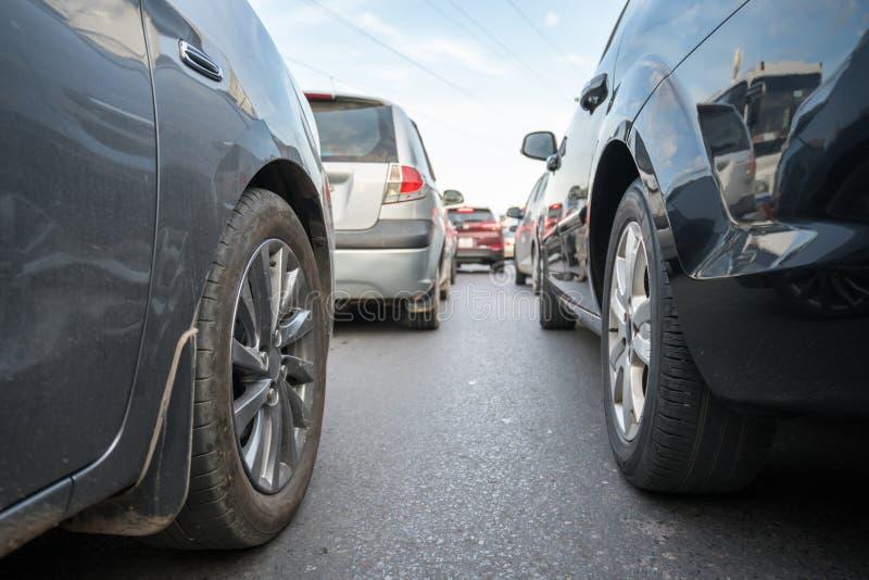 Auto's op stadsstraat in opstopping bij spitsuur stock afbeeldingen