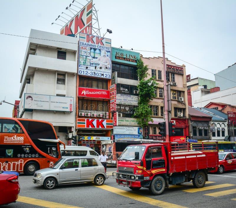 Auto's op straat bij Chinatown in Kuala Lumpur, Maleisië in werking dat worden gesteld dat stock fotografie
