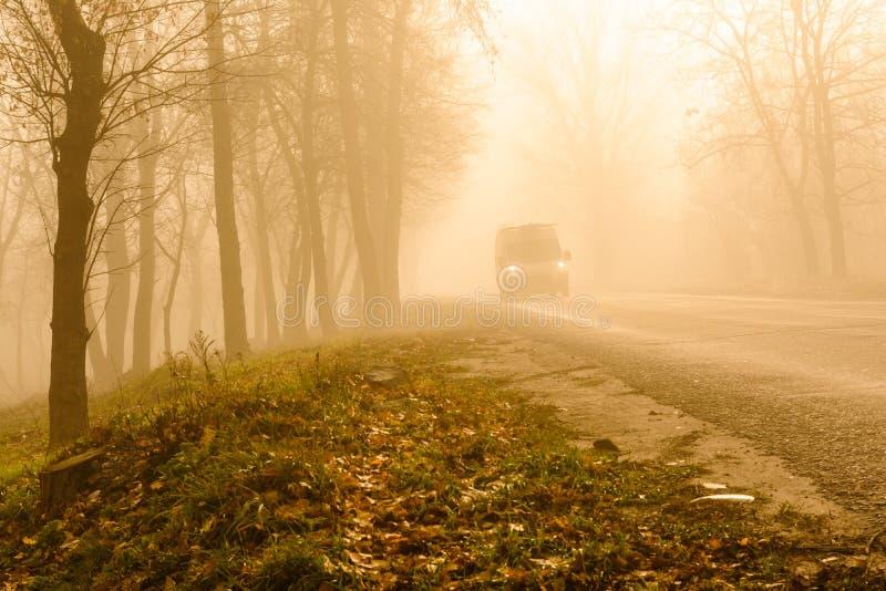 Auto's op weg op mistige de herfstdag royalty-vrije stock afbeeldingen