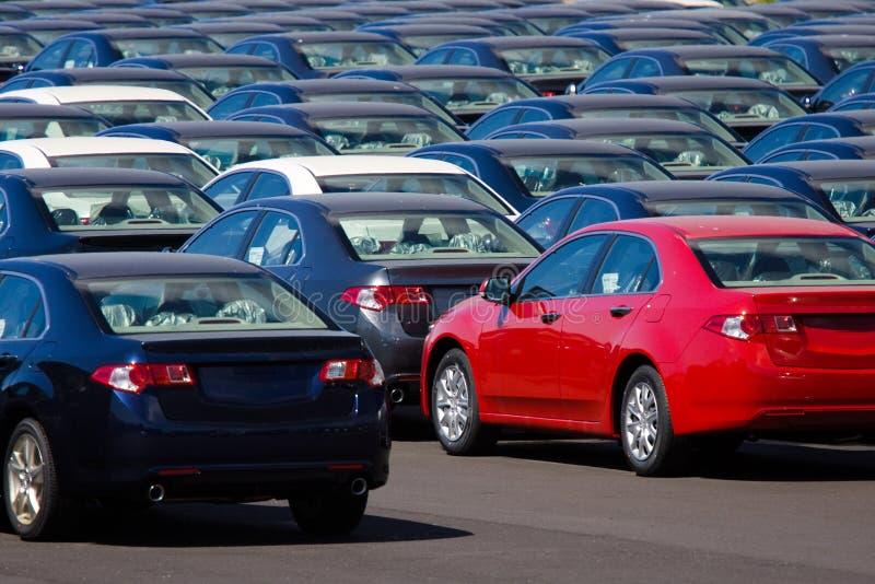 Auto's in opslag stock afbeeldingen