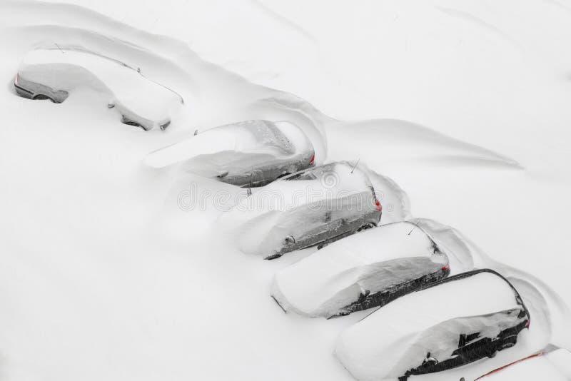 Auto's in sneeuw worden behandeld die royalty-vrije stock foto