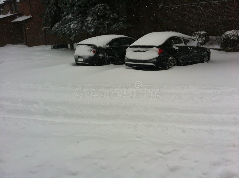 auto's in sneeuw worden geplakt die royalty-vrije stock afbeelding