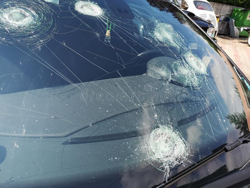 Auto's tegen hageldag die worden geruïneerd royalty-vrije stock afbeelding