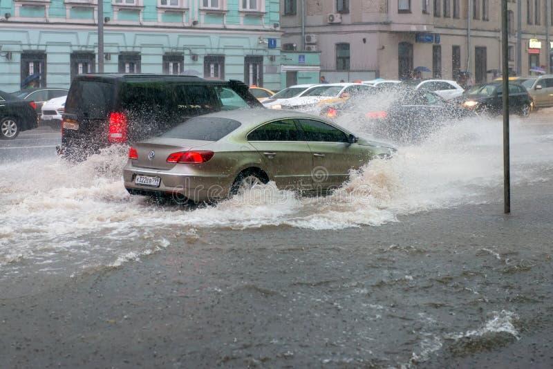 Auto's tijdens een vloed stock foto's
