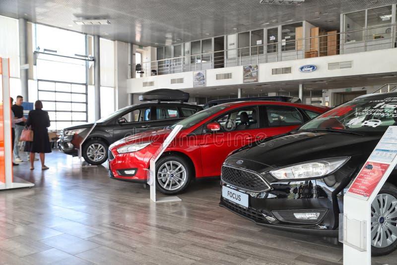 Auto's in toonzaal van het handel drijven Ford in Kazan in 2018 stock foto