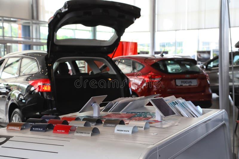 Auto's in toonzaal van het handel drijven Ford in Kazan in 2018 royalty-vrije stock foto
