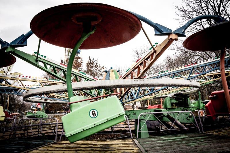 Auto's van een Oude Carrousel in dendropark, Kropyvnytskyi, de Oekraïne stock fotografie