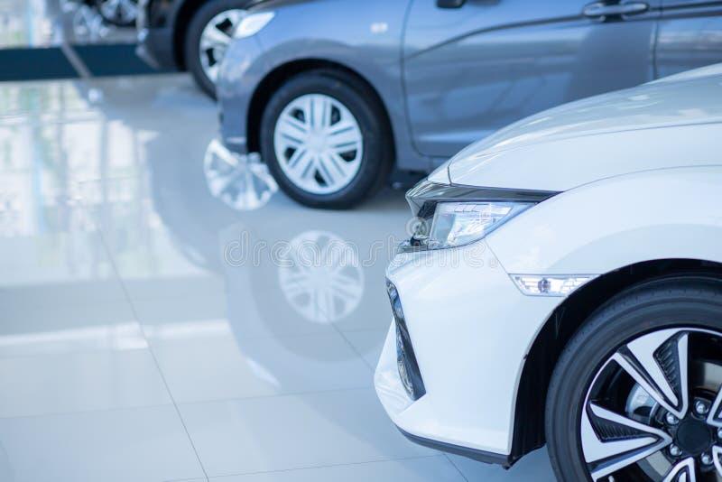 Auto's voor verkoop De automobielindustrie Het Parkeerterrein van het auto'shandel drijven Rijen van Gloednieuwe Voertuigen die o royalty-vrije stock afbeelding