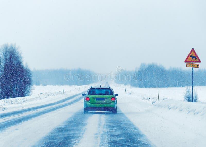 Auto's in weg in de winter Rovaniemi van Finland stock afbeeldingen