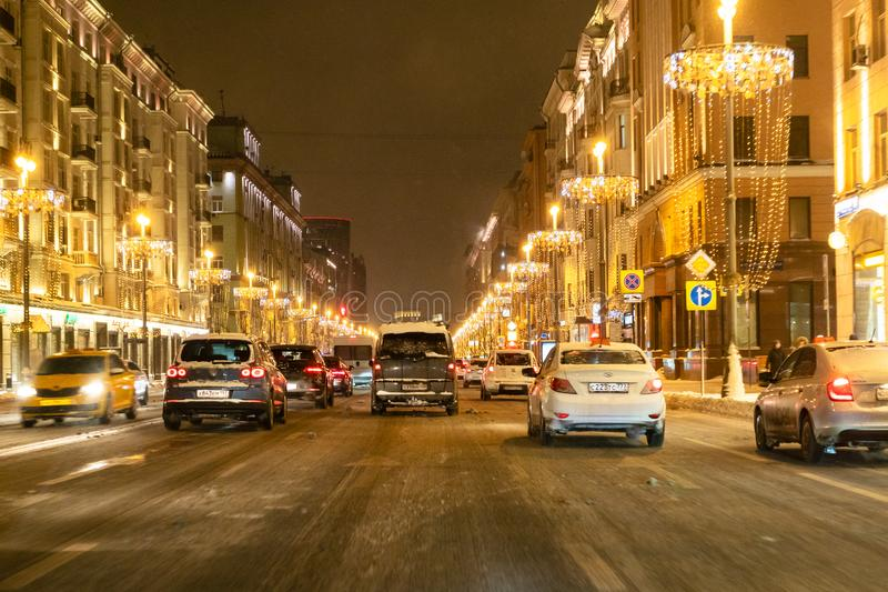 Auto'saandrijving op Tverskaya-straat in Moskou bij nacht stock foto's