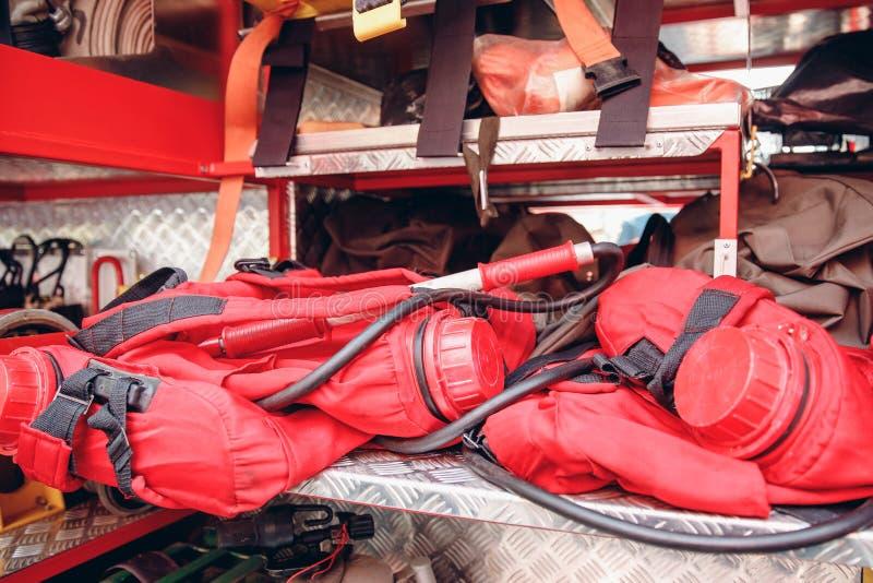 Auto-salvadores do fogo para a sobrevivência no fumo, vida do apoio no perigo fotos de stock