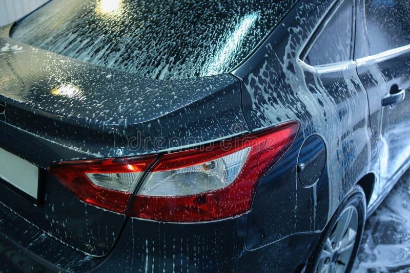 Auto in sanctieprijs bij de autowasserette royalty-vrije stock afbeeldingen